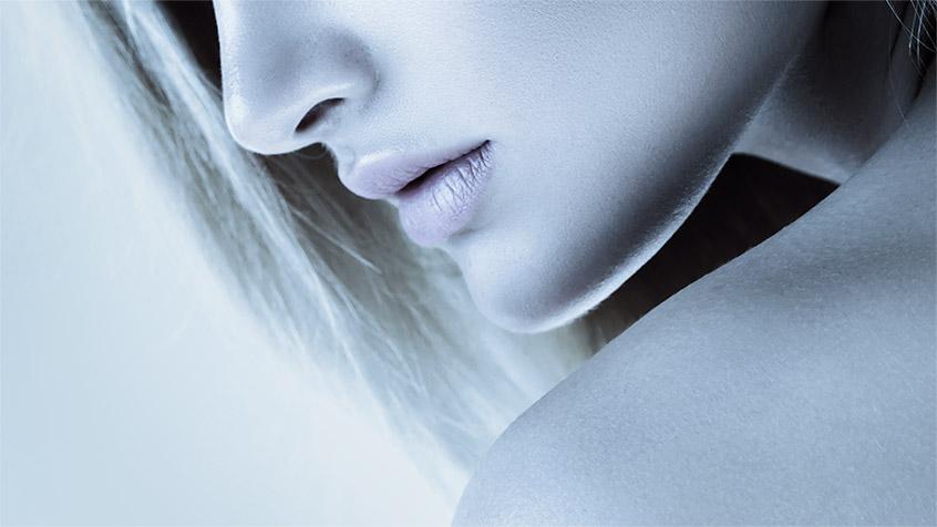Modella trattamento antiaging viso