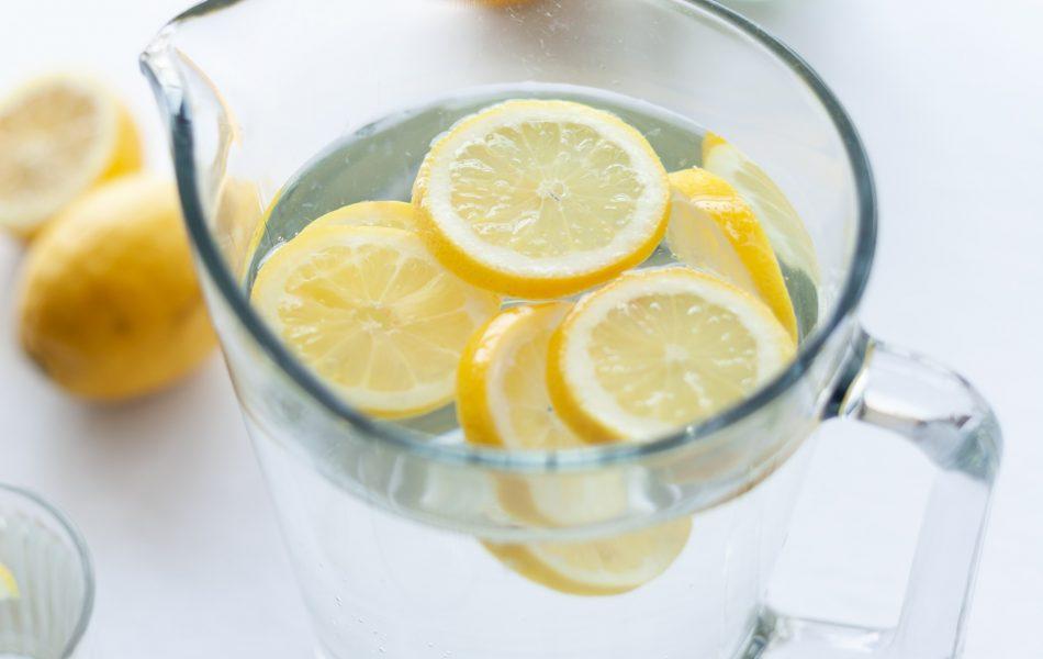 i limoni sono cibi drenanti per contrastare i gonfiori
