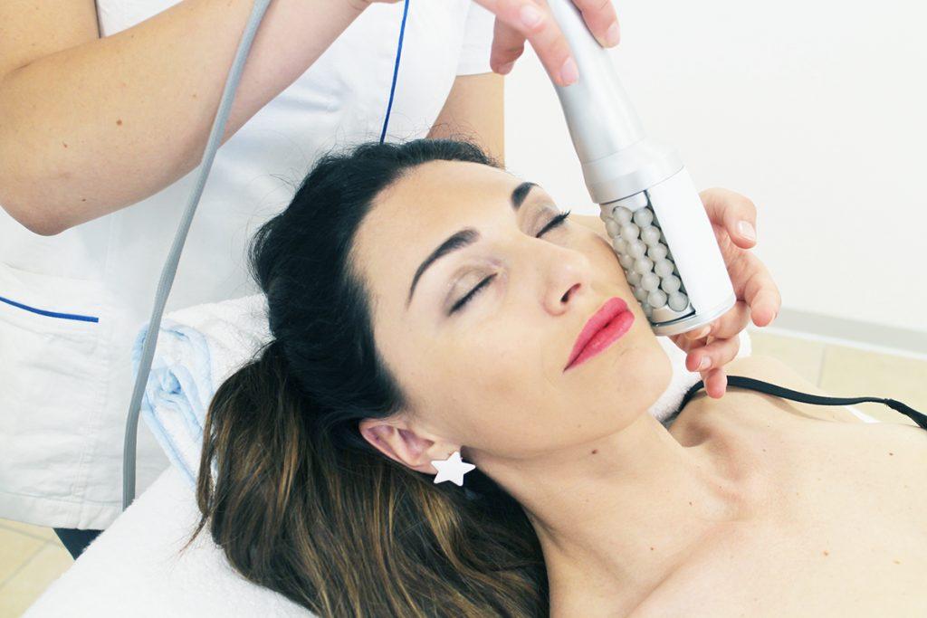 una donna si sottopone al trattamento endospheres per il viso
