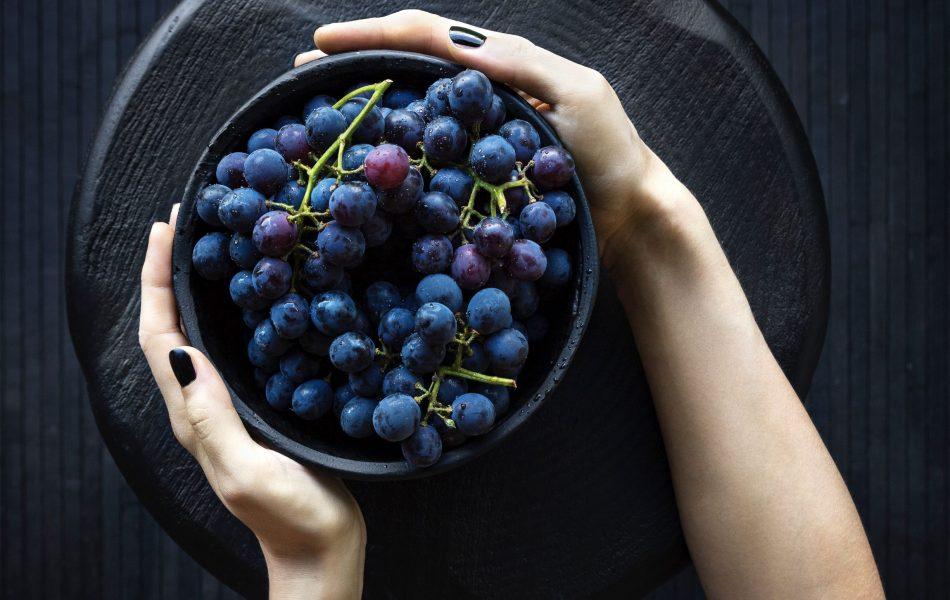 l'uva aiuta a contrastare borse e occhiaie